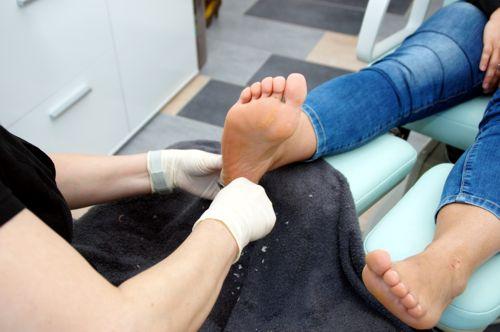 nagelhaut füße entfernen